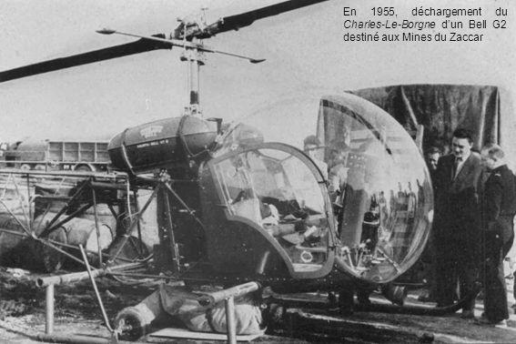 En 1955, déchargement du Charles-Le-Borgne dun Bell G2 destiné aux Mines du Zaccar