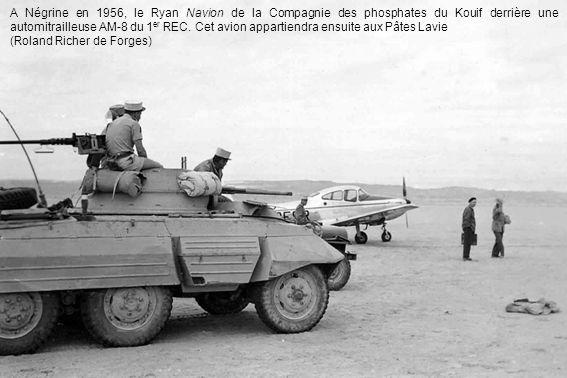 A Négrine en 1956, le Ryan Navion de la Compagnie des phosphates du Kouif derrière une automitrailleuse AM-8 du 1 er REC.