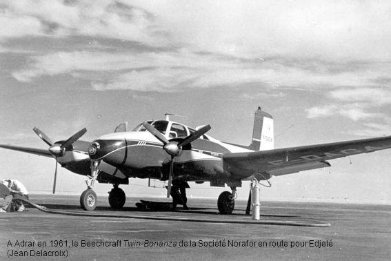 A Adrar en 1961, le Beechcraft Twin-Bonanza de la Société Norafor en route pour Edjelé (Jean Delacroix)