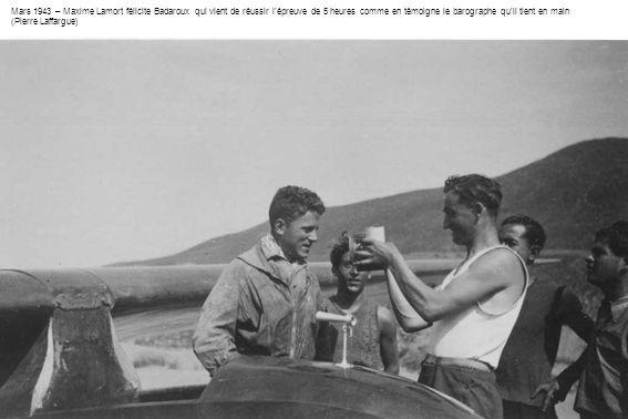 Mars 1943 – Maxime Lamort félicite Badaroux qui vient de réussir lépreuve de 5 heures comme en témoigne le barographe quil tient en main (Pierre Laffa