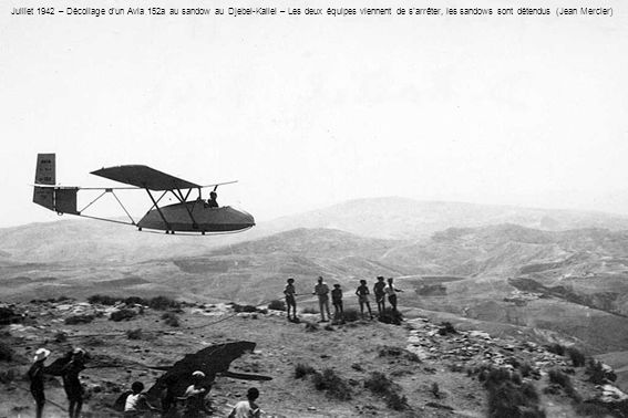 Juillet 1942 – Décollage dun Avia 152a au sandow au Djebel-Kallel – Les deux équipes viennent de sarrêter, les sandows sont détendus (Jean Mercier)