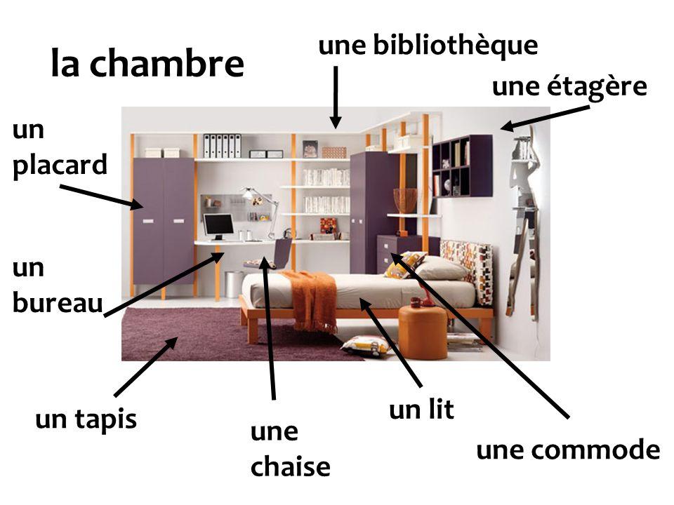la chambre un lit un tapis un placard un bureau une étagère une commode une bibliothèque une chaise