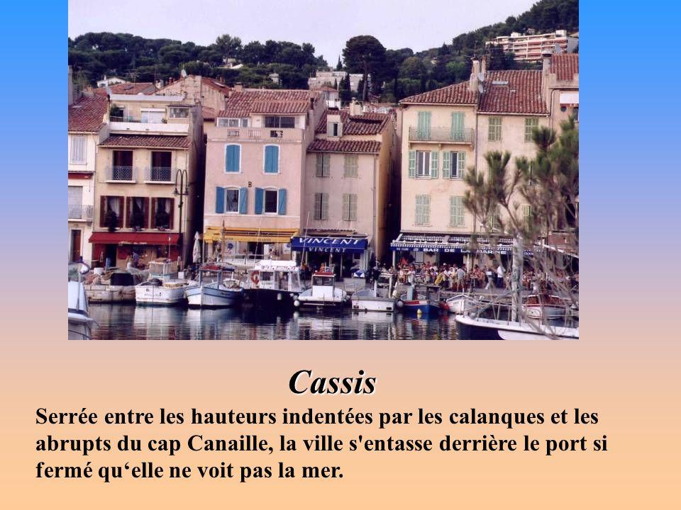 La plage de Cassis Héritière d'un port antique, Carcicis Portus, la cité souffrit longtemps de l'insécurité du littoral, reprit vie à la fin du Moyen