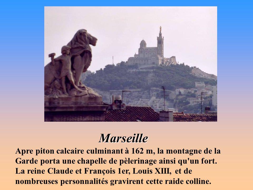 Aix-en-Provence La tour de l'Horloge sous laquelle passe, par un arceau, la Rue Paul-Bert, a été construite en 1510 dans le style Gothique Flamboyant