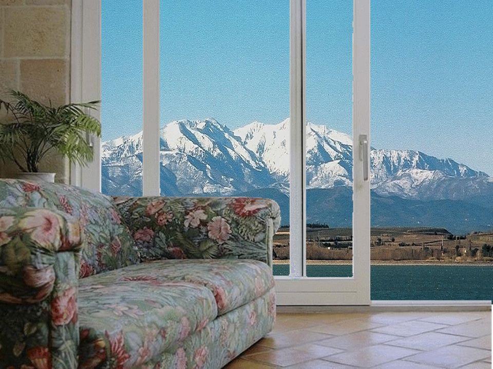 Assis sur un canapé dans le salon, je contemple le Canigou derrière le lac de Villeneuve-de-la-Raho. Ce beau ciel bleu du Roussillon me rappelle un pe