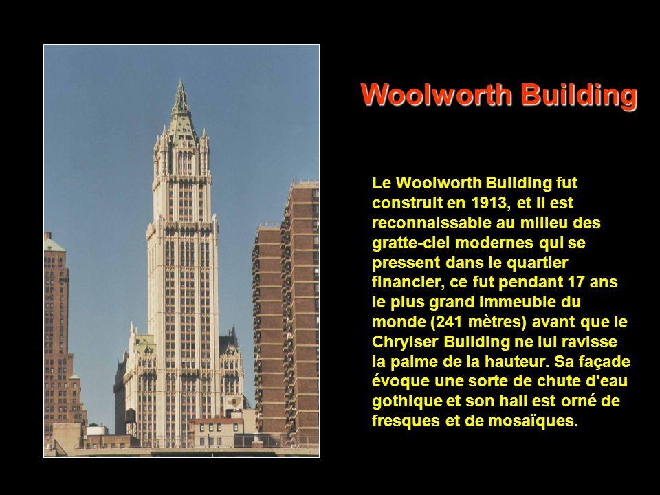 Flat Iron Building Emouvant, unique, cet extraordinaire building de 18 étages érigé en 1902 continue d'étonner pour sa forme particulière qui lui a va