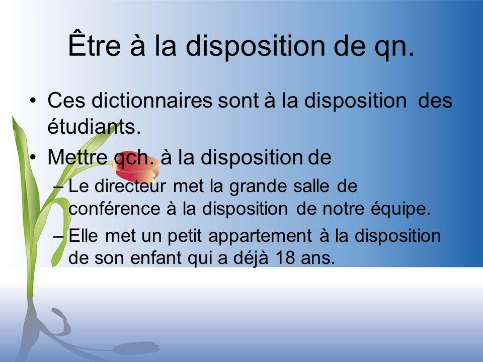 Être à la disposition de qn. Ces dictionnaires sont à la disposition des étudiants.