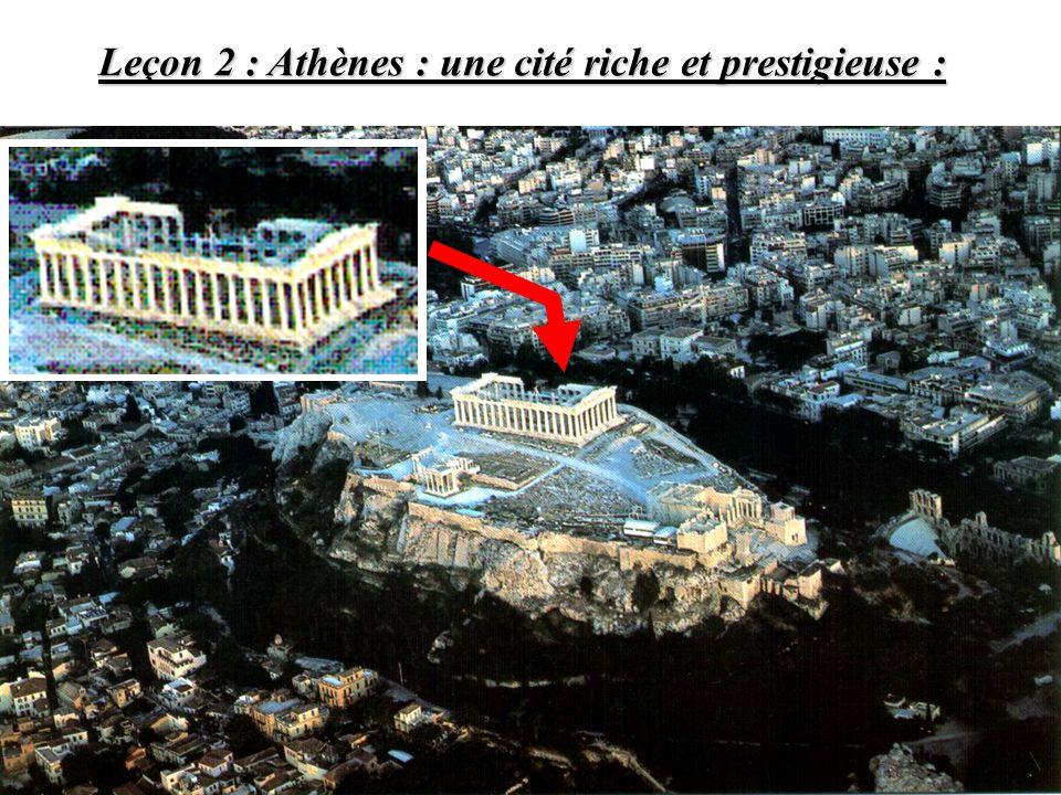 Page de droite 2) Athènes : une cité rayonnante : a)LAcropole et le Parthénon : symboles du prestige dAthènes : voir doc 1 et 2 P 88-89 Bénéficiant de cette richesse, Périclès embellit la ville et plus particulièrement lAcropole.