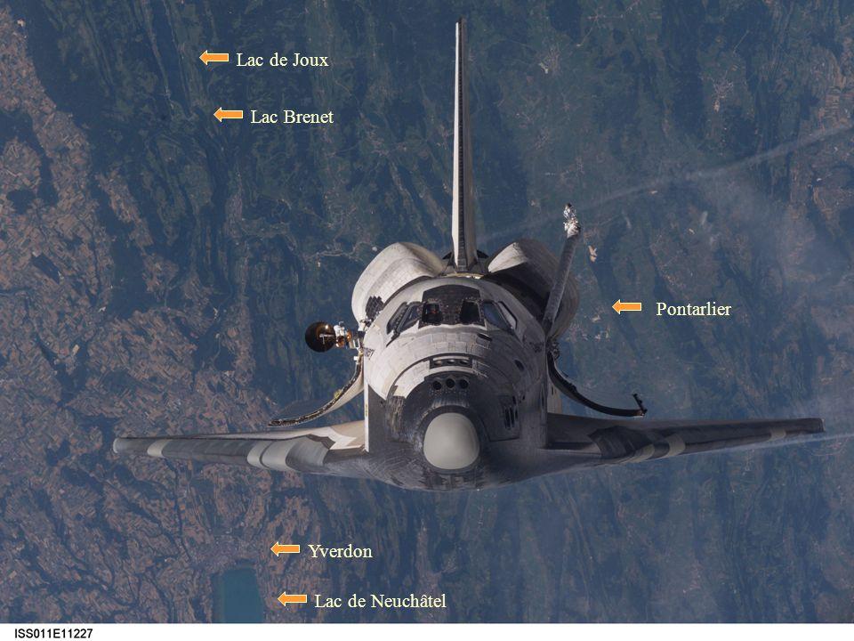 En fait, lors de sa dernière mission, la navette DISCOVERY est passée au dessus de nos têtes, à une altitude denviron 40 km. Le paysage terrestre en a