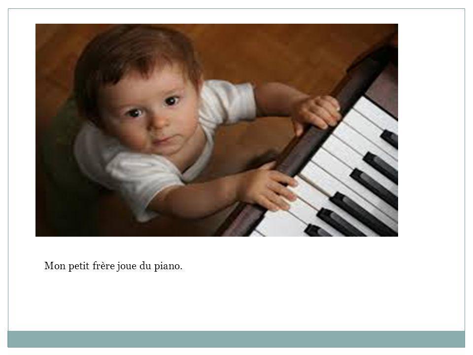 Mon petit frère joue du piano.