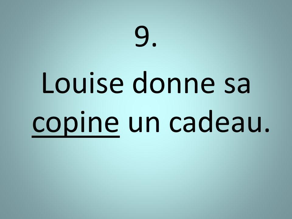 9. Louise donne sa copine un cadeau.