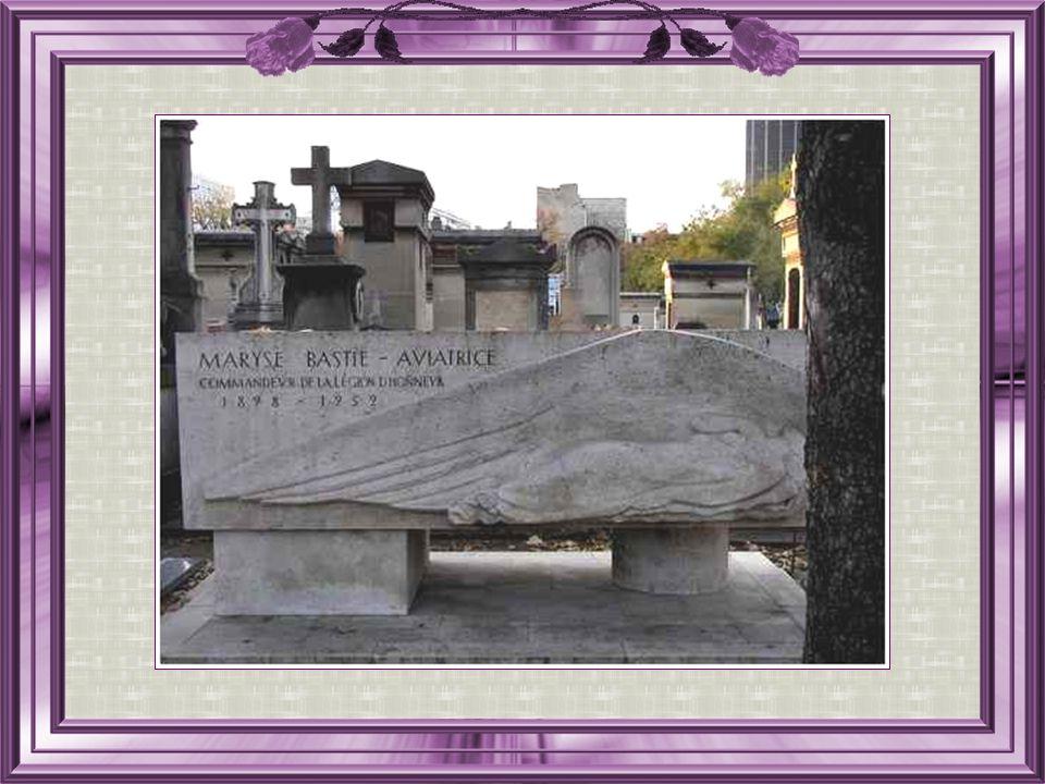 Maryse Bastié, née le 27 Février 1898, décédée le 6 Juillet 1952 fut une aviatrice française. Ce fut son second mari, le lieutenant pilote, Louis Bast