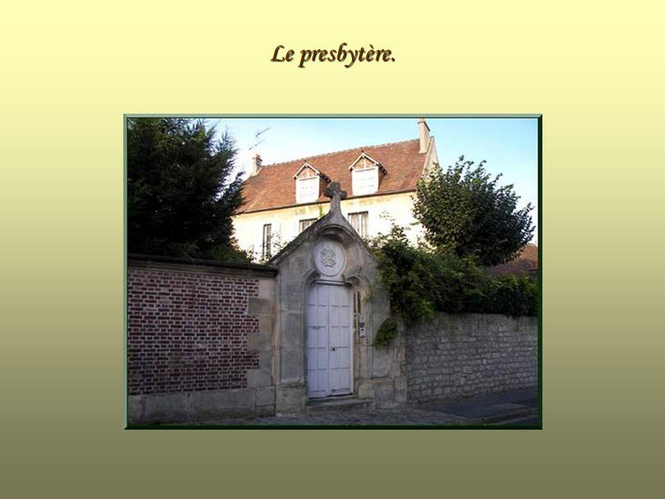 Porte latérale de lEglise Saint-Jean et Saint-Pierre.