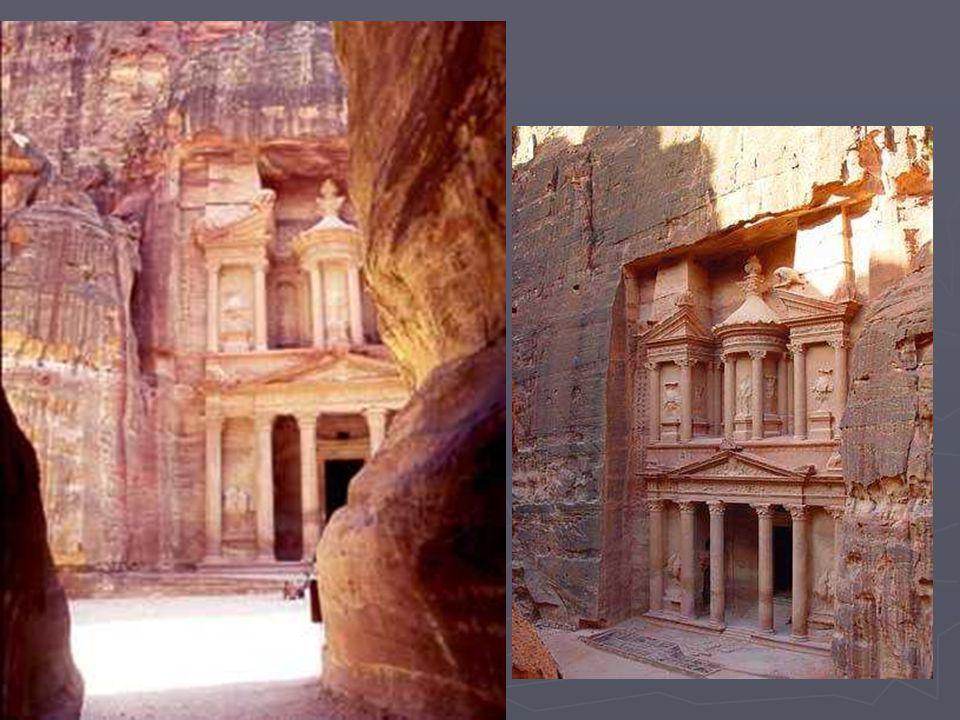 Ce temple funéraire tire son nom (le Trésor) dune légende selon laquelle un pharaon aurait déposé son trésor dans lurne qui le surmonte.
