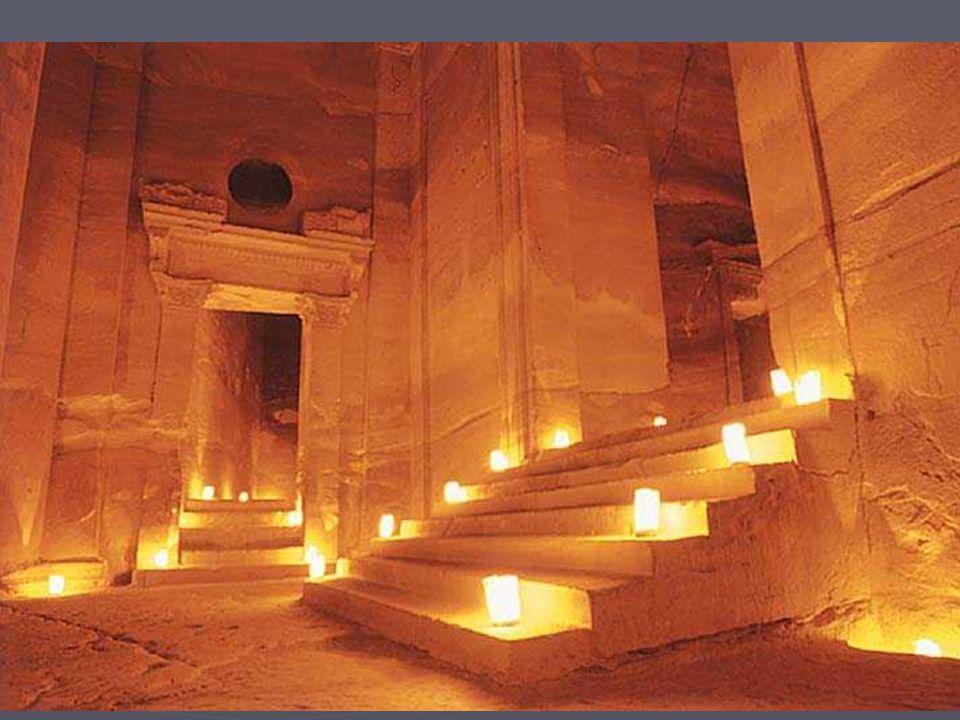 La nuit tombée nous fûmes une dizaine à parcourir le Ciq de nuit à la faveur dun son et lumière jalonné de milliers de chandelles, avec au bout, dans ce temple, la récompense dune flute dont la mélodie résonnait entre les murailles, vers le ciel étoilé.