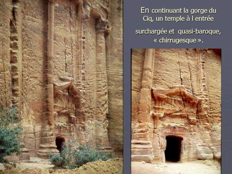 Le temple ou trésor est entouré de quelques autres grottes, dun cirque rocheux avec dune part la continuation de la gorge et un escalier redoutable et un sentier escarpé que lon empruntera par la suite pour se rendre au bout d1.30 heure à lautel primitif censé être de celui où Abraham,dans la bible, devait sacrifier Isaac.