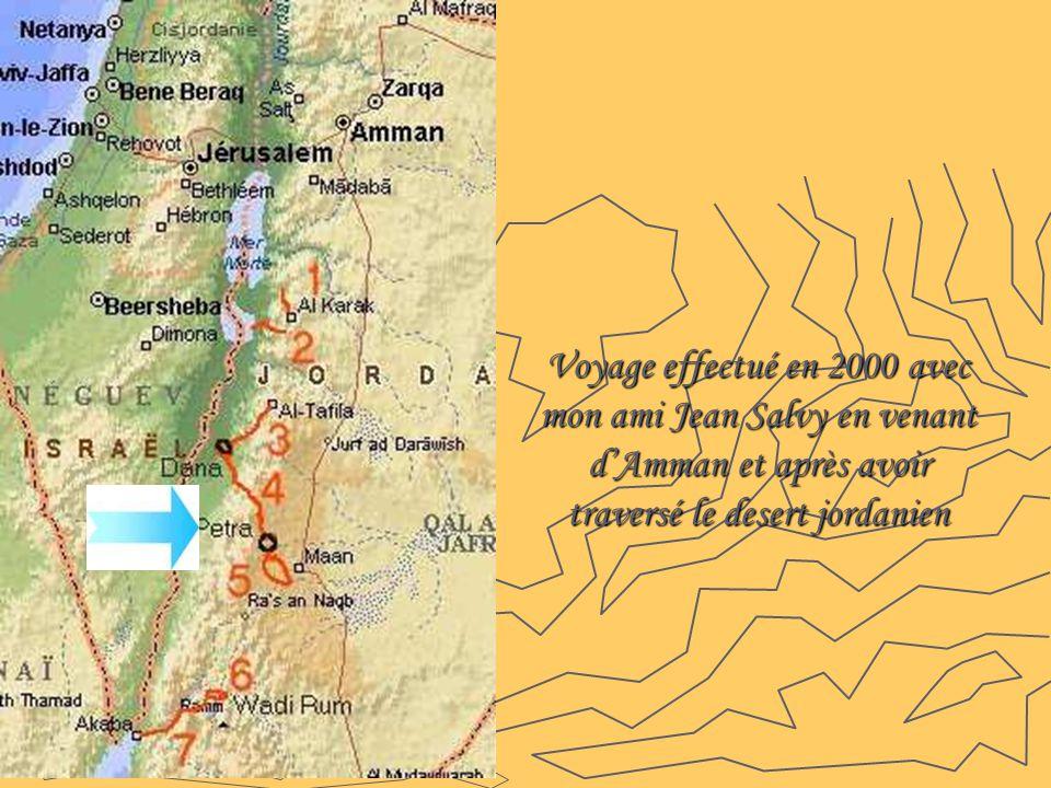 PETRA Pétra, en Jordanie, est situé à mi-chemin entre le golfe d'Aqaba et la mer Morte à une altitude de 800 à 1 396 mètres au-dessus du niveau de la