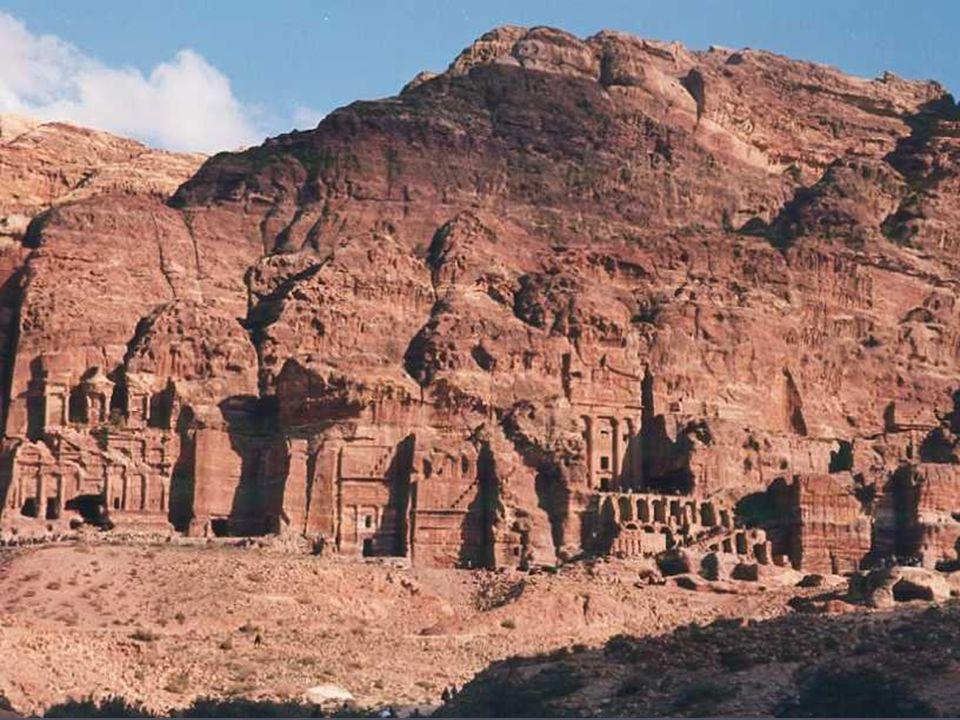 Puis, en continuant de cheminer dans la gorge, cest une autre surprise, le Ciq sélargit soudain sur un vaste cirque rocheux entouré de grottes, de temples creusés dans la roche.