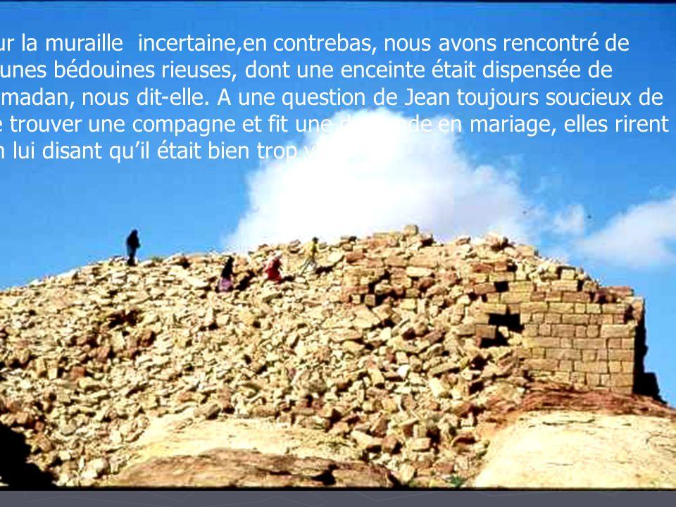 Sur le pic, au plus haut, lautel dit dAbraham, certainement lieu privilégié car précédé dune esplanade rectangulaire taillée dans le roc et, plus bas, de reste de vieilles murailles.