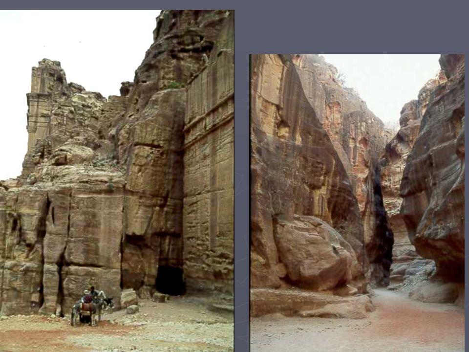 Puis la surprise au débouché du sommet, dun temple-palais imposant, en grès rouge, avec ses portiques et colonnes lui aussi.