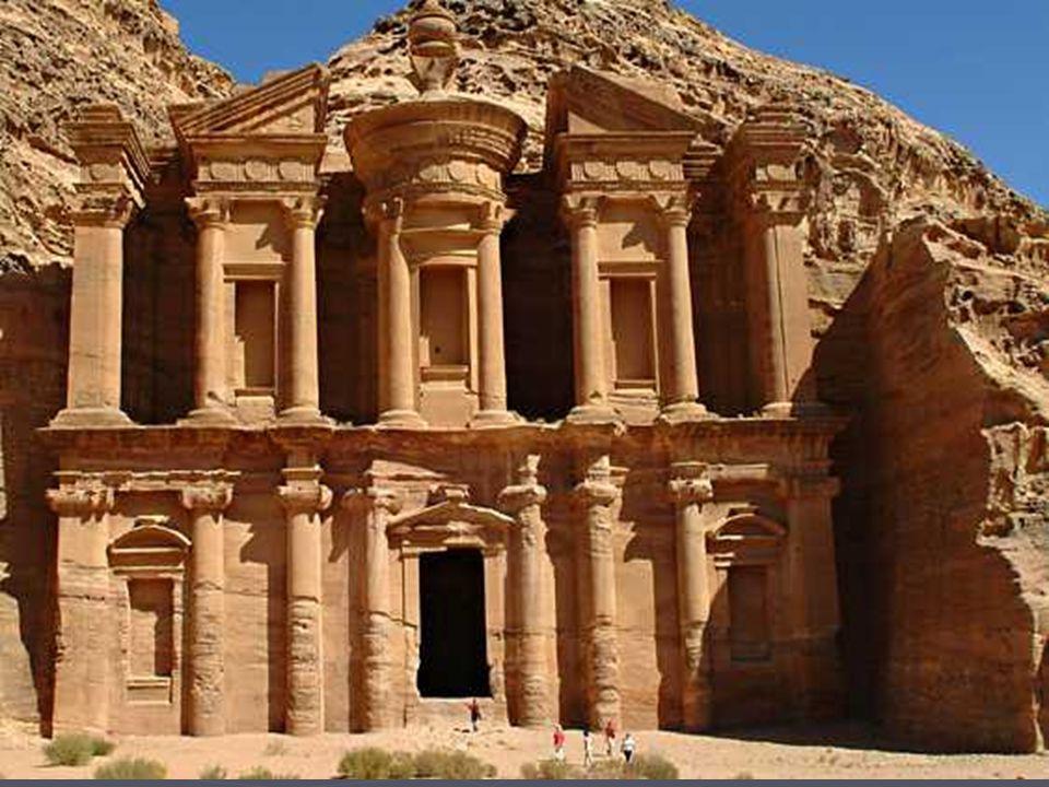 Il est quand même étonnant de sculpter des fausses colonnes, fenêtres, linteaux, etc. dans la roche, pour imiter les édifices habituels où les colonne