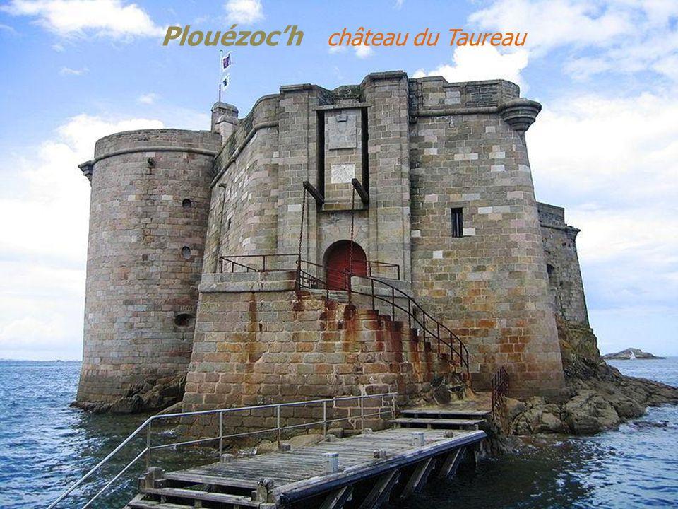 Le phare de lîle Noire La baie avec le château du Taureau M o r l a i x