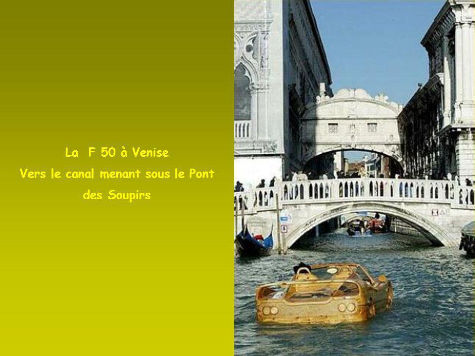 La F 50 entre Vaporetto et gondoles