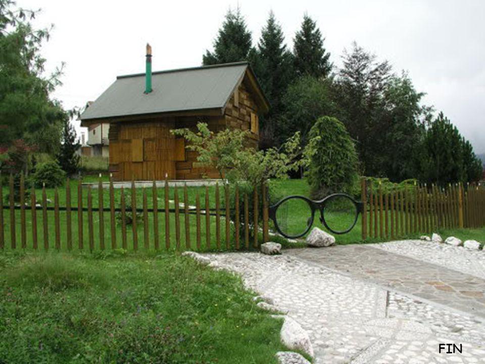Une belle maison en bois Le toit est en forme de livre ouvert, les murs sont en forme danciens livres superposés