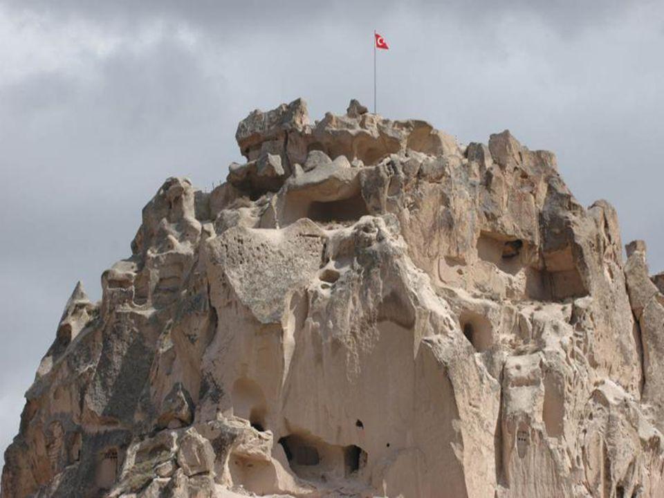Uçhisar Situé à 1300 m d'altitude, Uçhisar est le point culminant de la Cappadoce. Son haut piton volcanique, transformé en forteresse naturelle entiè