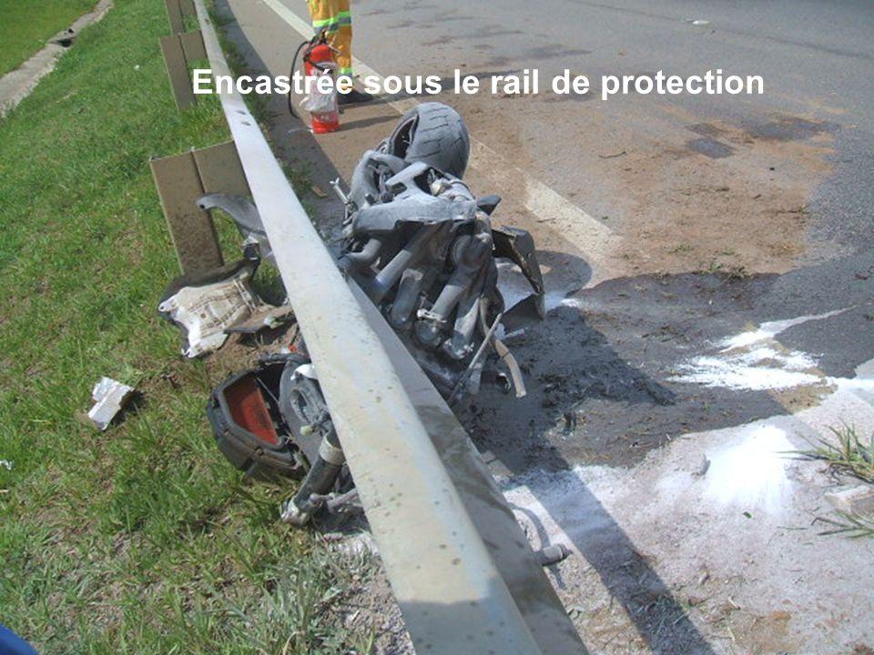 Encastrée sous le rail de protection