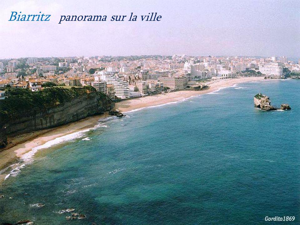 Anglet plage de la Chambre dAmour. et phare de Biarritz