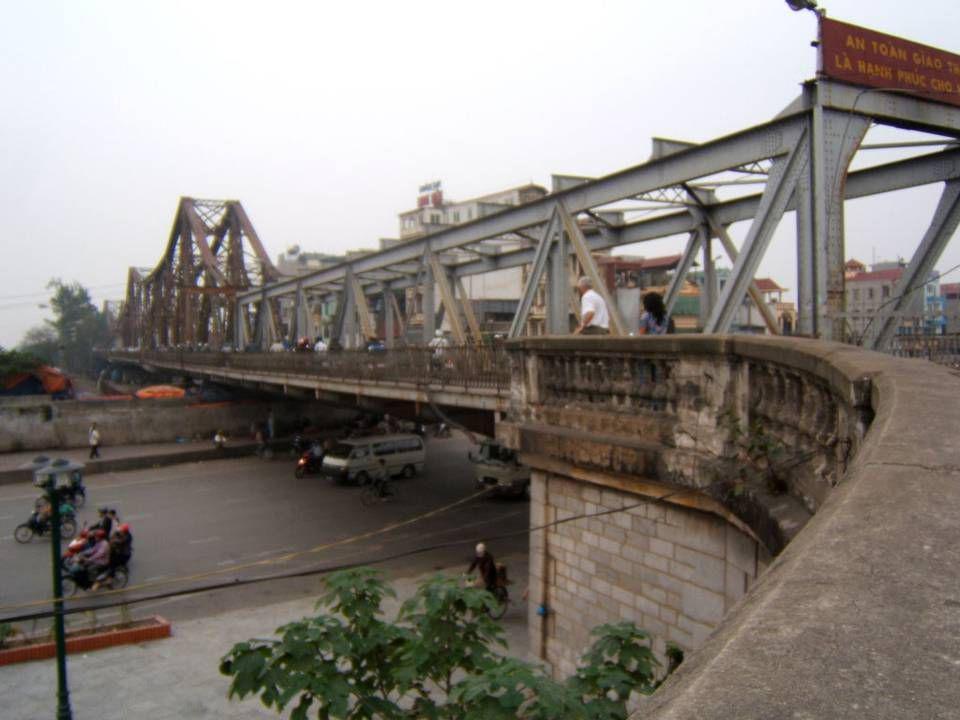 Le Pont Long Bien (anciennement Paul Doumer) construit par léquipe de Gustave Eiffel en 1902. Lun des ponts enjambant le Fleuve Rouge