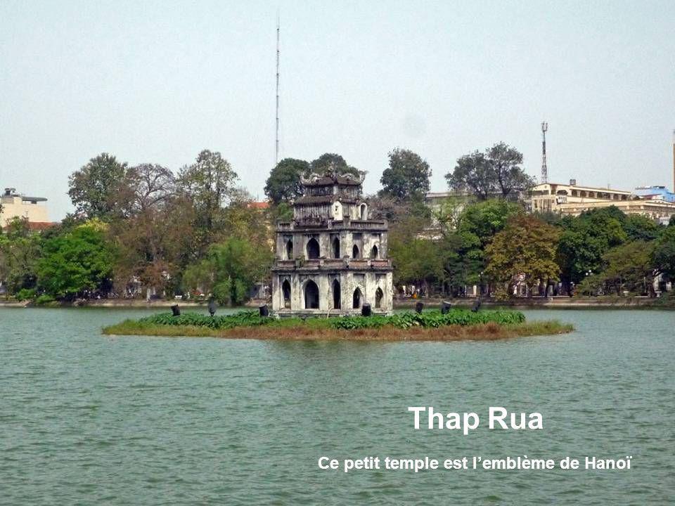 Hoan Kiem - Lac de lépée restituée Selon la légende, le Roi Ly Thaï To reçut dune tortue dor surgie du Lac une épée magique grâce à laquelle il gagna