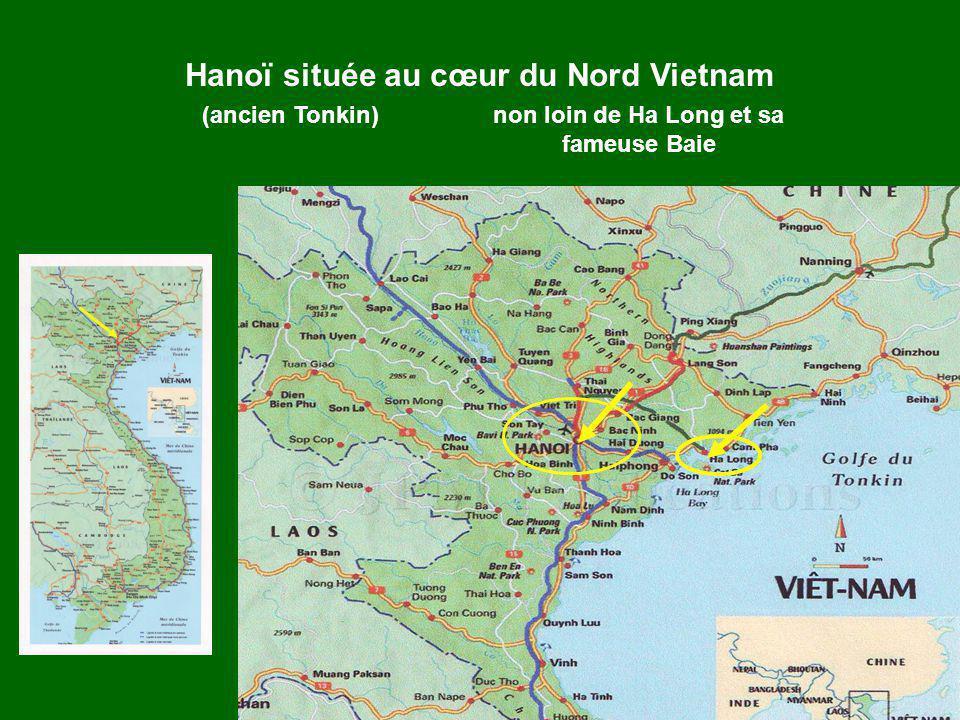 Quatre touristes en visite à Hanoï