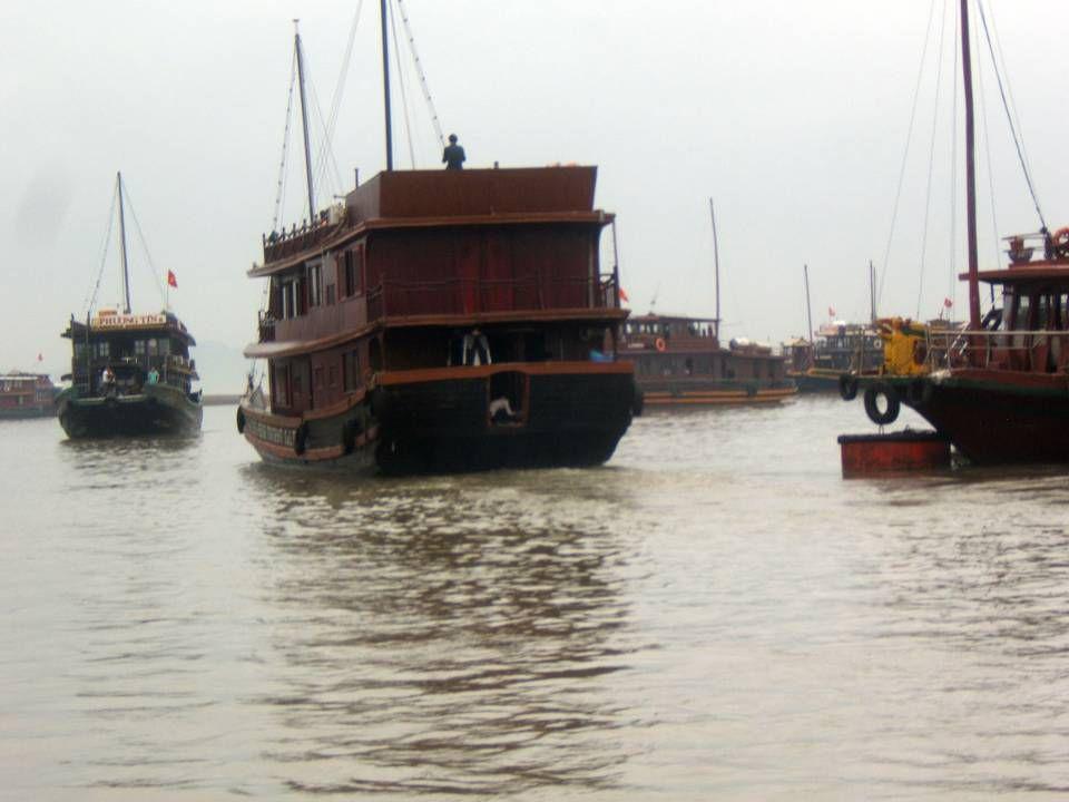 A environ 150km à lest dHanoï le port dHai Phong, puis Ha Long, et la Baie dHalong !!.