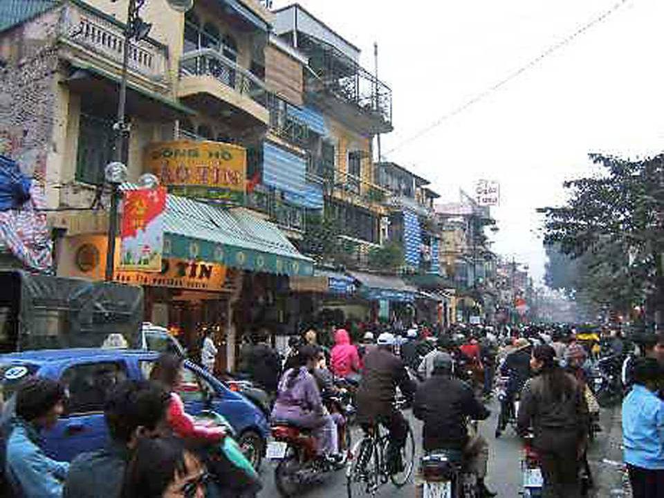 Au cours des siècles et au gré des évènements, la ville changea plusieurs fois de nom et de statut. Depuis 1976 Hanoï ( la ville en deça du Fleuve ) e