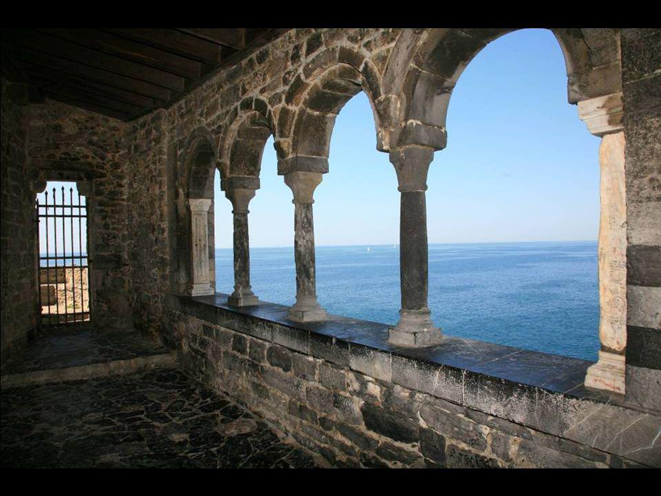 Une église médiévale à lentrée duport de Portovenere.