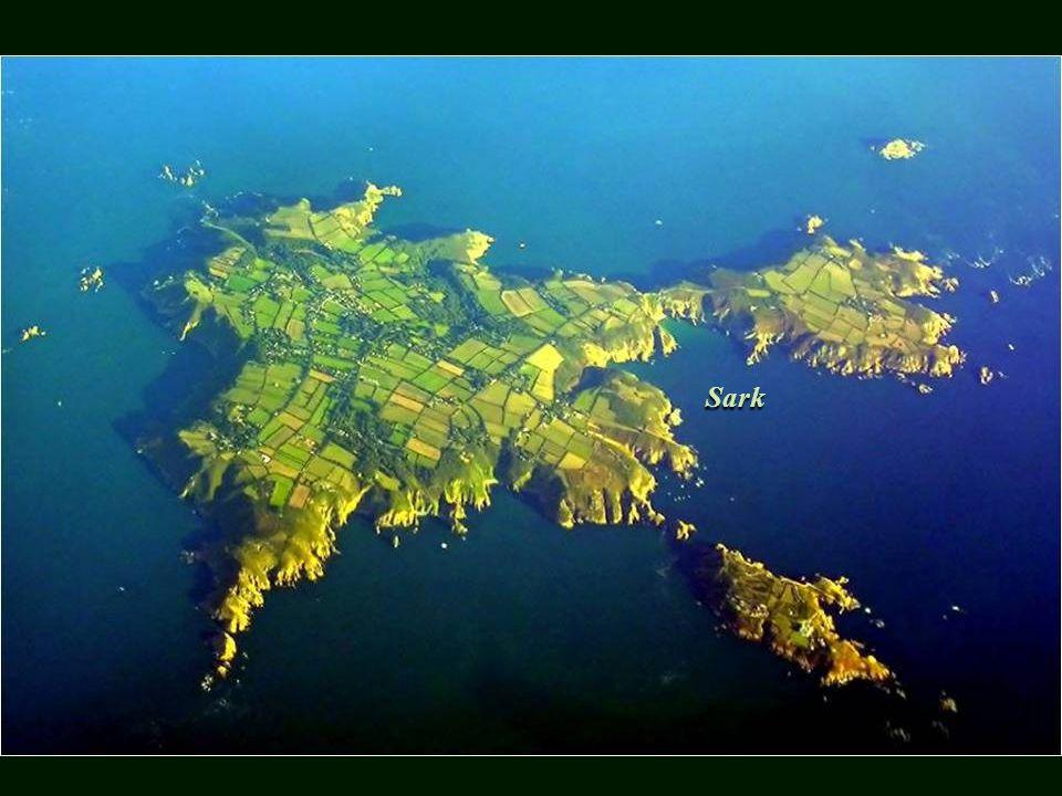 France Sark Situé dans le canal entre la France et la Grande-Bretagne, dans le cadre des îles anglo-normandes.