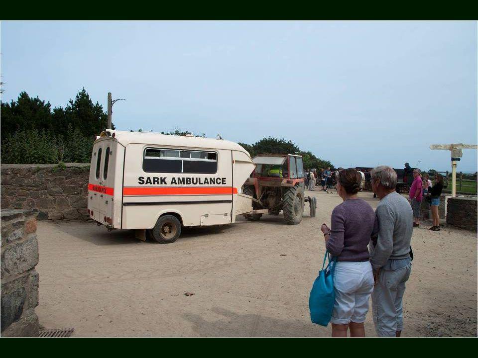 Ambulance tirée par un tracteur pour les Urgences