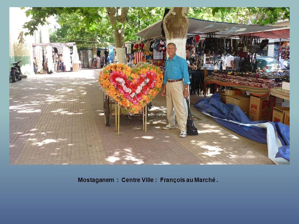 Mostaganem : Centre Ville : Annie et Mohamed le chauffeur, au Marché.