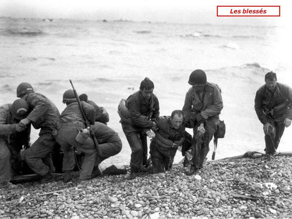 Soldats US examinant des mini-chars allemands téléguidés « Goliath », chargés dexplosifs.