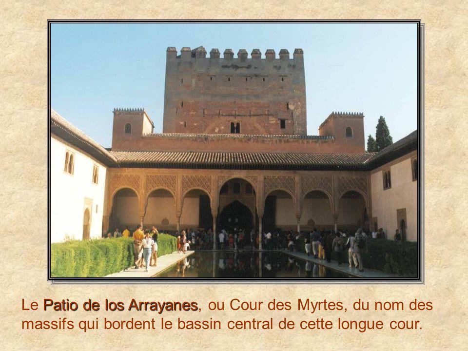 Patio de los Leones Le Patio de los Leones, la cour des Lions, date du XIVème siècle, un des joyaux du palais. Les pièces ouvrant sur la cour des Lion