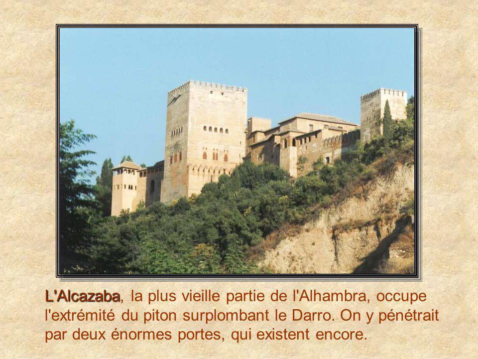 Patio de los Arrayanes Le Patio de los Arrayanes, ou Cour des Myrtes, du nom des massifs qui bordent le bassin central de cette longue cour.