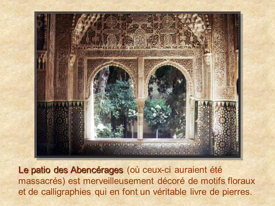 Le patio des Abencérages Le patio des Abencérages (où ceux-ci auraient été massacrés) est merveilleusement décoré de motifs floraux et de calligraphies qui en font un véritable livre de pierres.