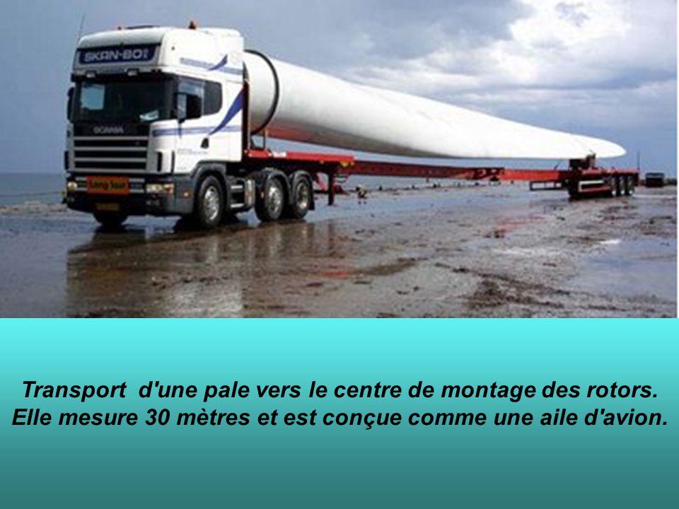Transport d'une pale vers le centre de montage des rotors. Elle mesure 30 mètres et est conçue comme une aile d'avion.