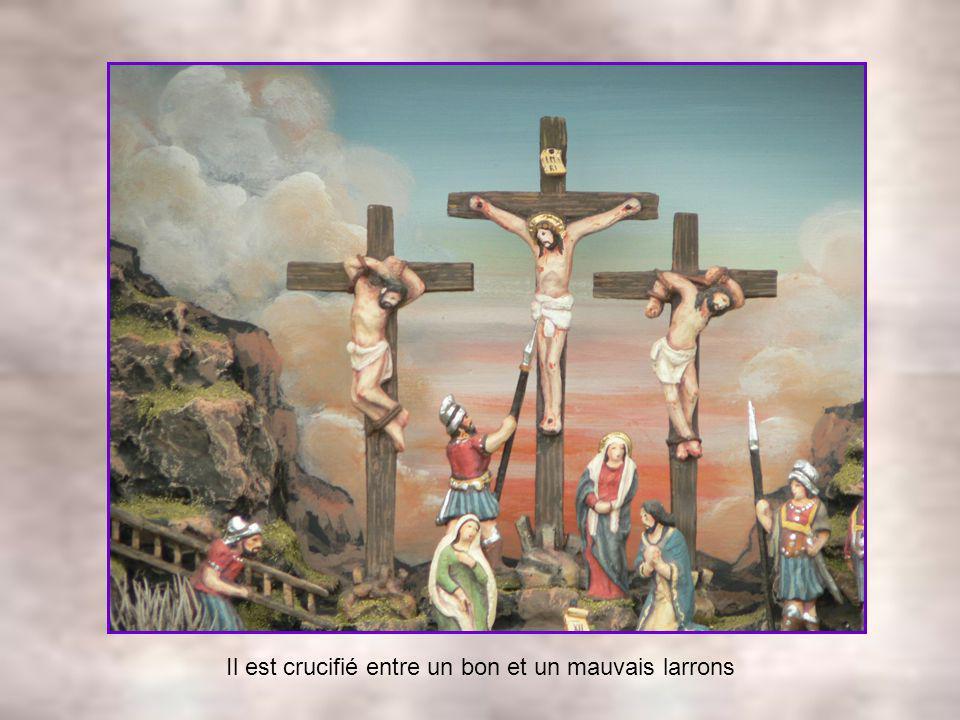 Jésus porte sa croix aidé dun bon samaritain
