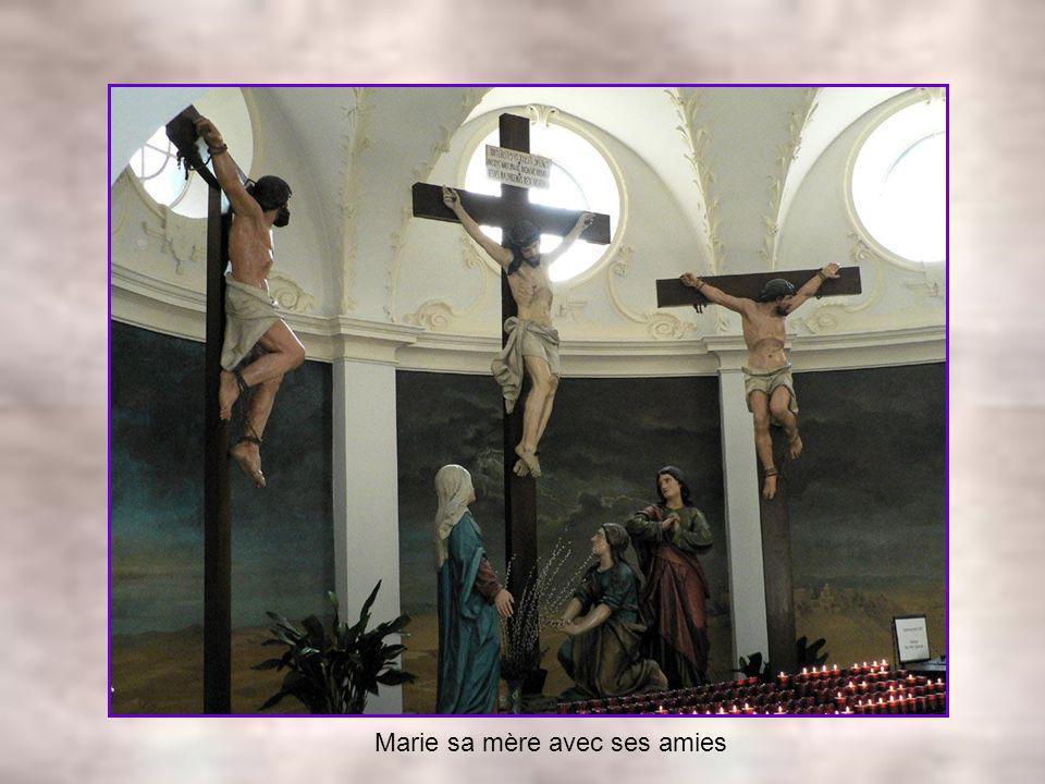 Il est crucifié entre un bon et un mauvais larrons