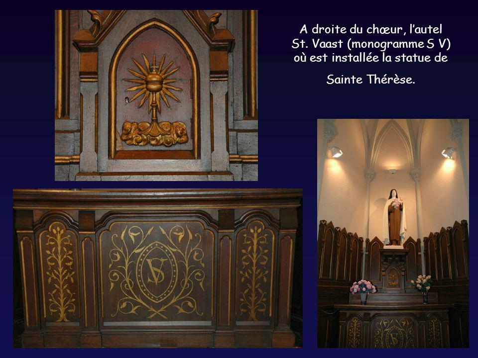 A droite du chœur, lautel St. Vaast (monogramme S V) où est installée la statue de Sainte Thérèse.