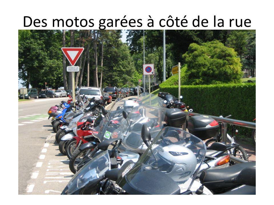 Des motos garées à côté de la rue