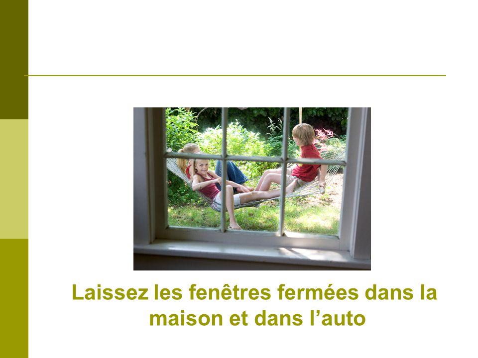 Laissez les fenêtres fermées dans la maison et dans lauto